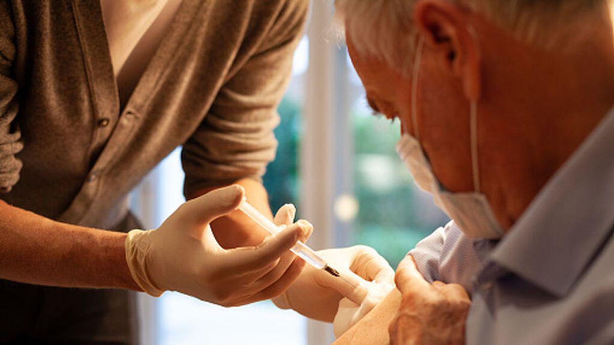 Sanidad y varias comunidades estudian hacer coincidir la tercera dosis de la vacuna de la covid con la de la gripe