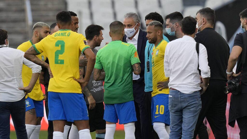 Messi y Neymar, hablando con las autoridades.