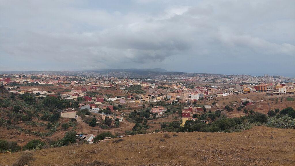 Perspectiva del municipio marroquí de Farjana. Al fondo, Melilla