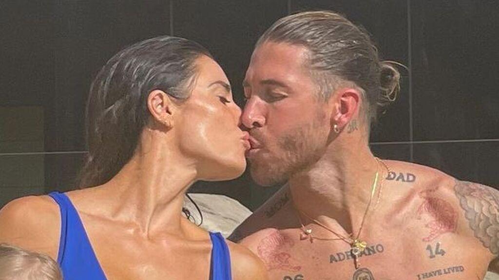 """Pilar Rubio y Sergio Ramos posan en bañador y con sus cuatro hijos: """"Pasión y amor"""""""