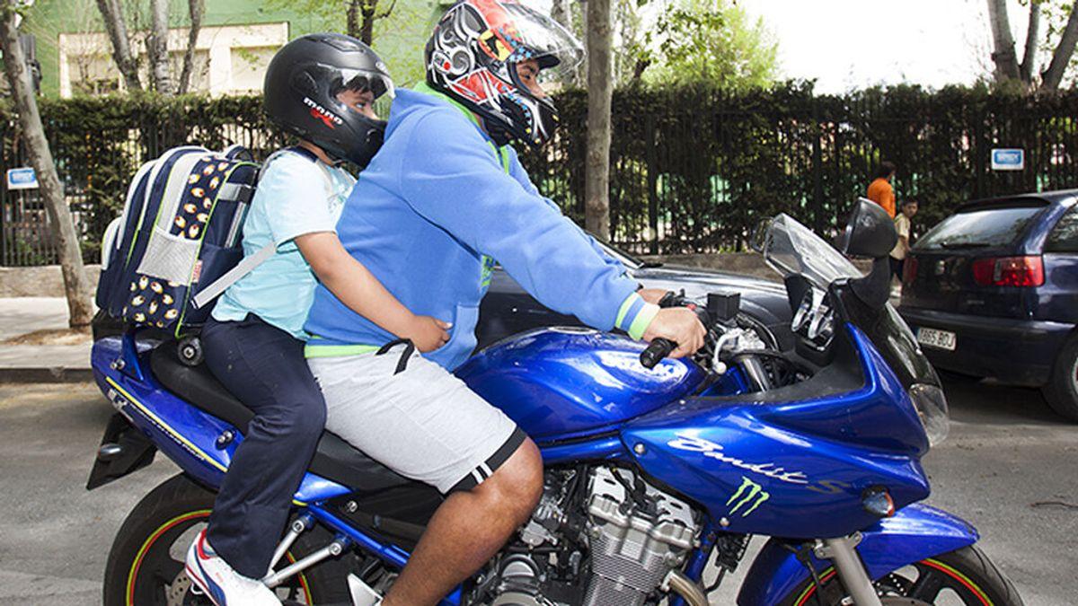 """La DGT recuerda: """"Si llevas a tu hijo en moto al cole, cuidado con la mochila"""""""