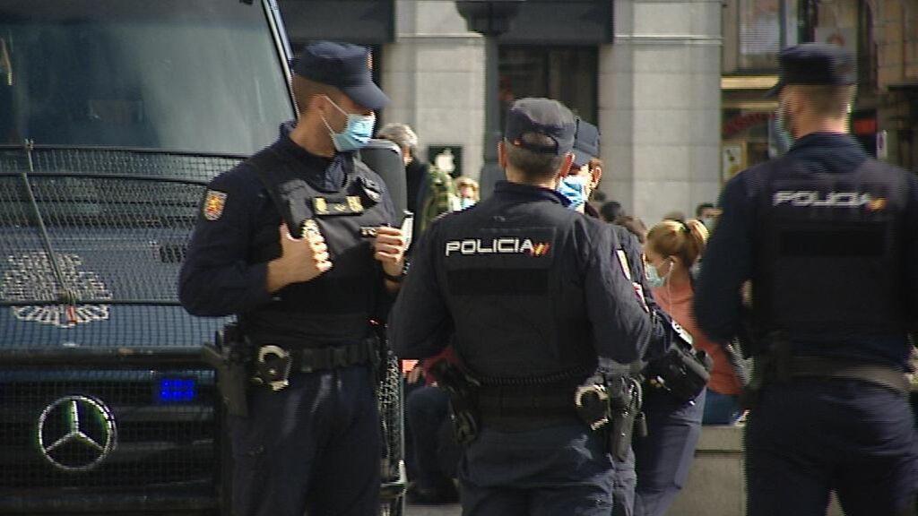 Policía revisa cámaras de la zona e interroga a testigos para detener a los autores de la agresión homófoba de Madrid