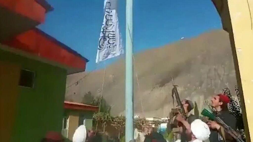 Los talibanes izan la bandera en el valle de Panshir