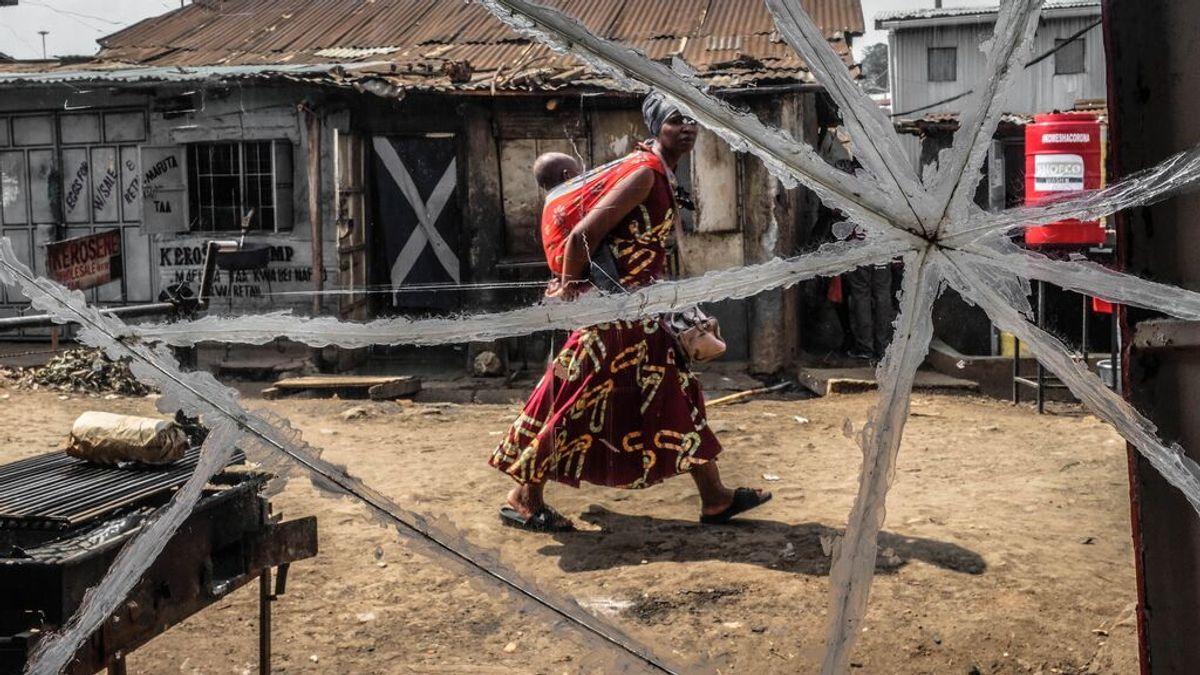 Una madre africana portea a su bebé en un poblado de Kenia