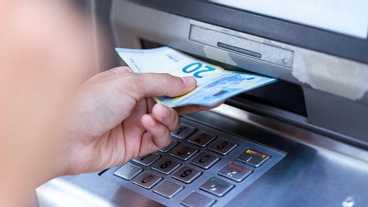 El timo de la regleta en los cajeros automáticos: ¿Qué hacer si no te entrega tu dinero?