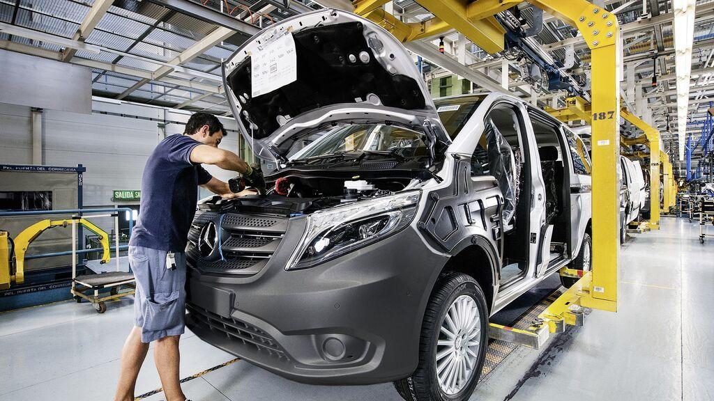 Un trabajador de Mercedes trabaja en la planta de Vitoria
