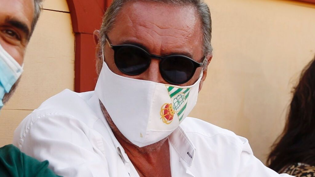 Carlos Herrera, en una corrida de toros con la mascarilla del Betis