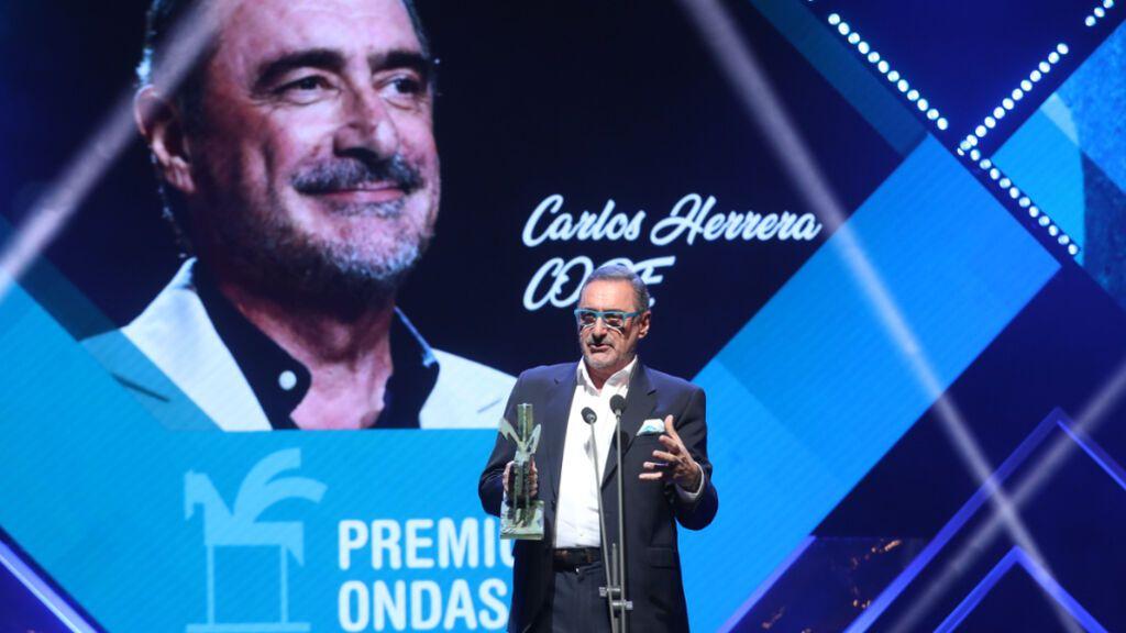 Carlos Herrera recibiendo el Premio Ondas