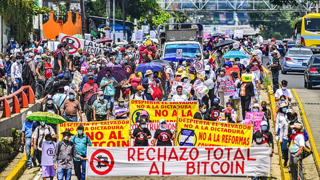 Protestas en El Salvador contra el bitcoin como moneda oficial