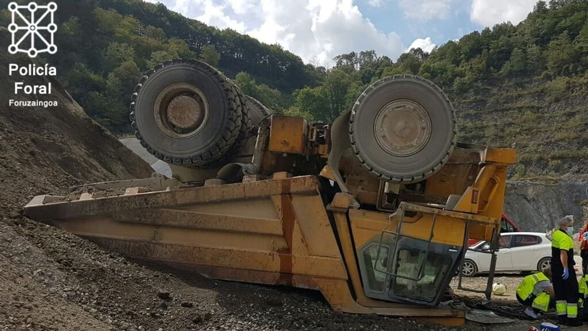 Camión volcado en las canteras de Igantzi