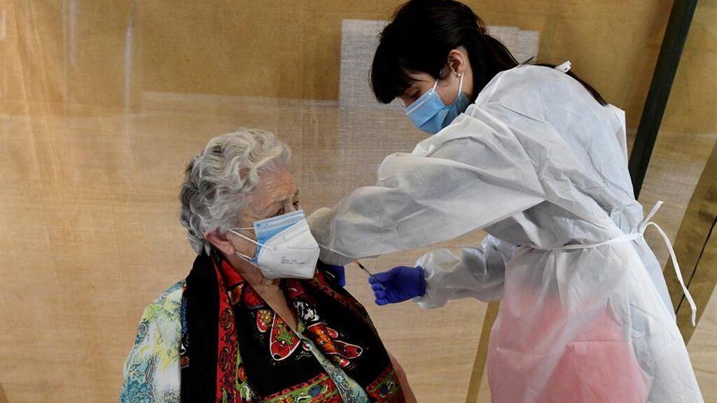 Las comunidades buscan a los miles que no se han vacunado contra el covid