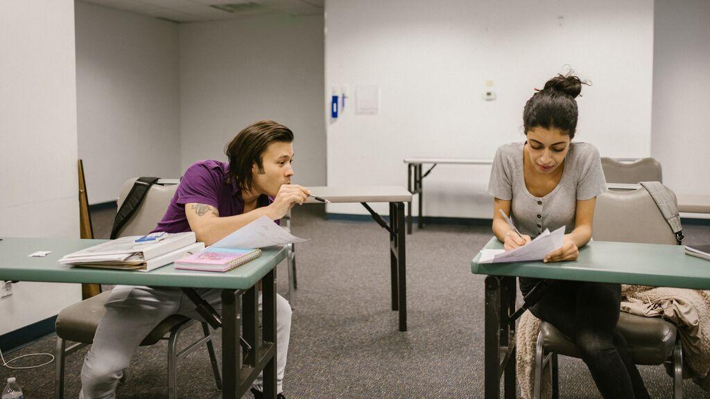 Alumnos copiando en un examen