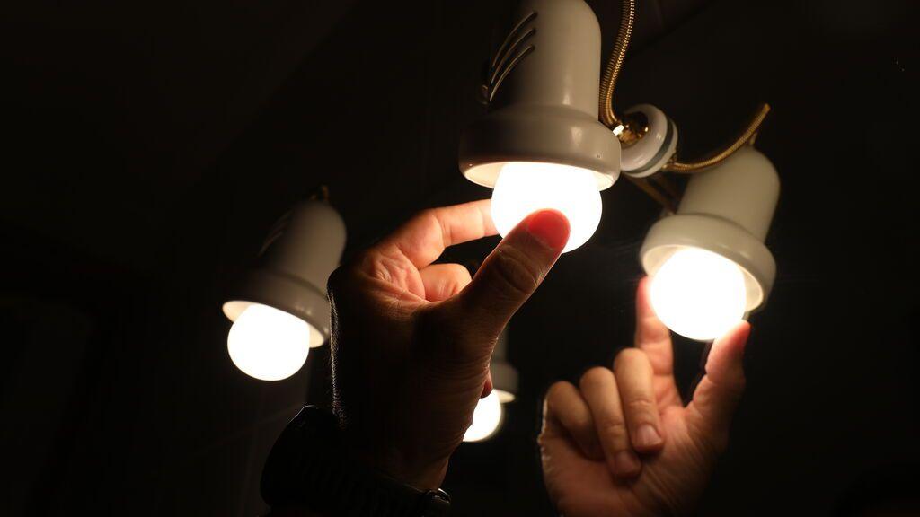 A las ocho, a oscuras: un pueblo de Jaén baja los plomos todos los días para protestar por el alto precio de la luz