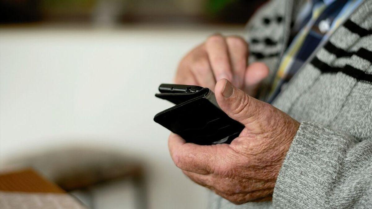 Un anciano se equivoca al hacer una transferencia y pierde todos sus ahorros: no le devuelven su dinero