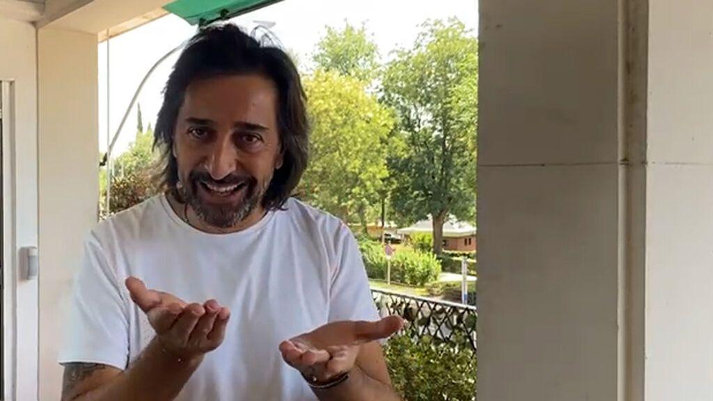 Rafuel explica a Antonio Carmona cómo se hace el marmitako