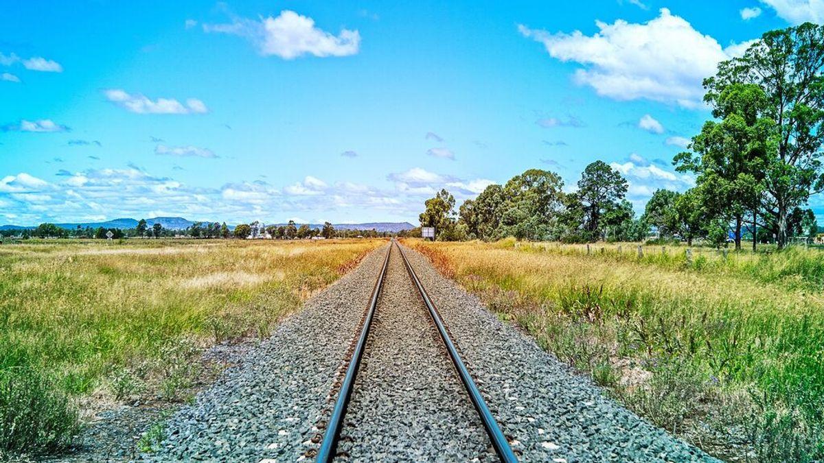 Amputan los pies a un joven que se quedó dormido en las vías del tren