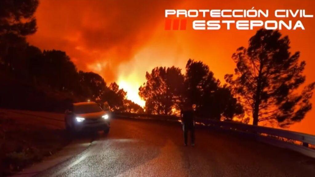 Un incendio arrasa Estepona y obliga a desalojar a 400 vecinos