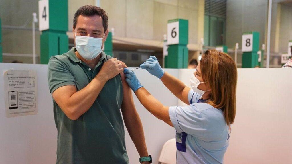 """Juanma Moreno se vacuna y lanza un mensaje a los """"andaluces rezagados"""""""
