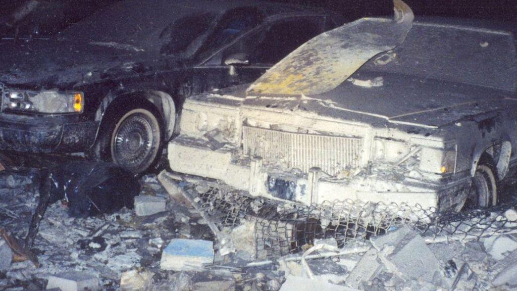 Estado en el que quedó el garage de los servicios secretos próximo a las torres Gemelas (al fondo) tras el atentado del 11S