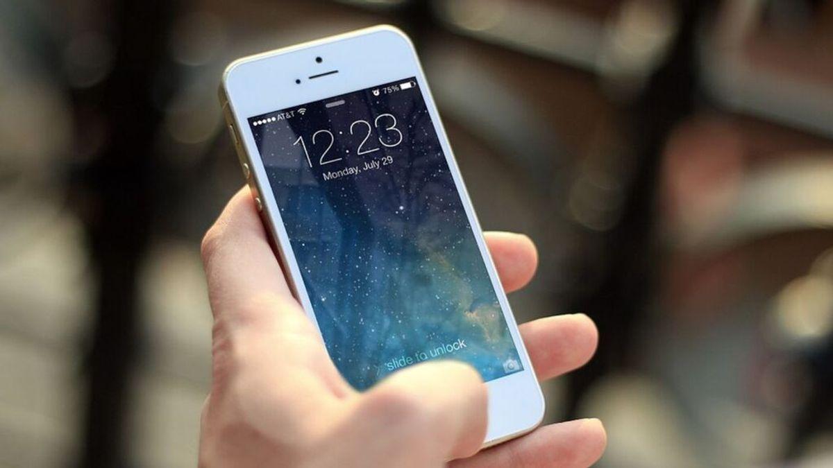 Un delincuente se duerme con el móvil en la mano y sin querer llama a emergencias