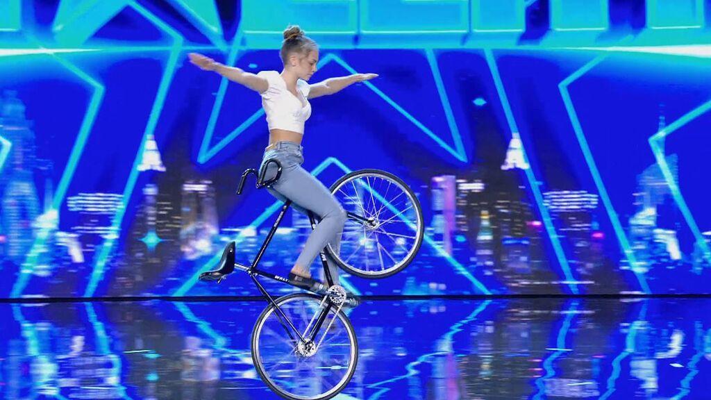 La actuación de Ceyda Altug Artistic Cycling