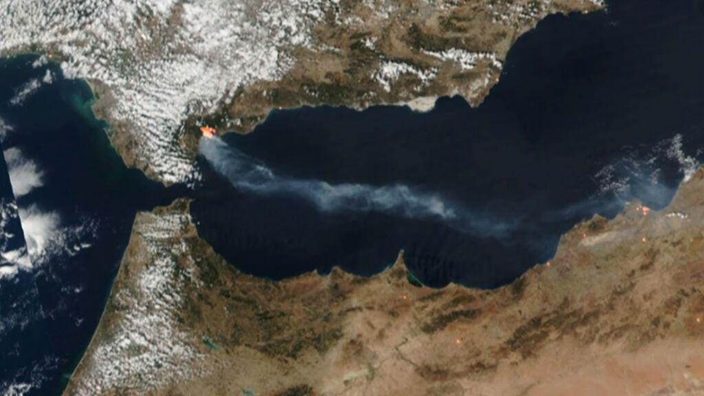 El brutal incendio de Sierra Bermeja visto desde un satélite: la columna de humo cubre parte del Mediterráneo