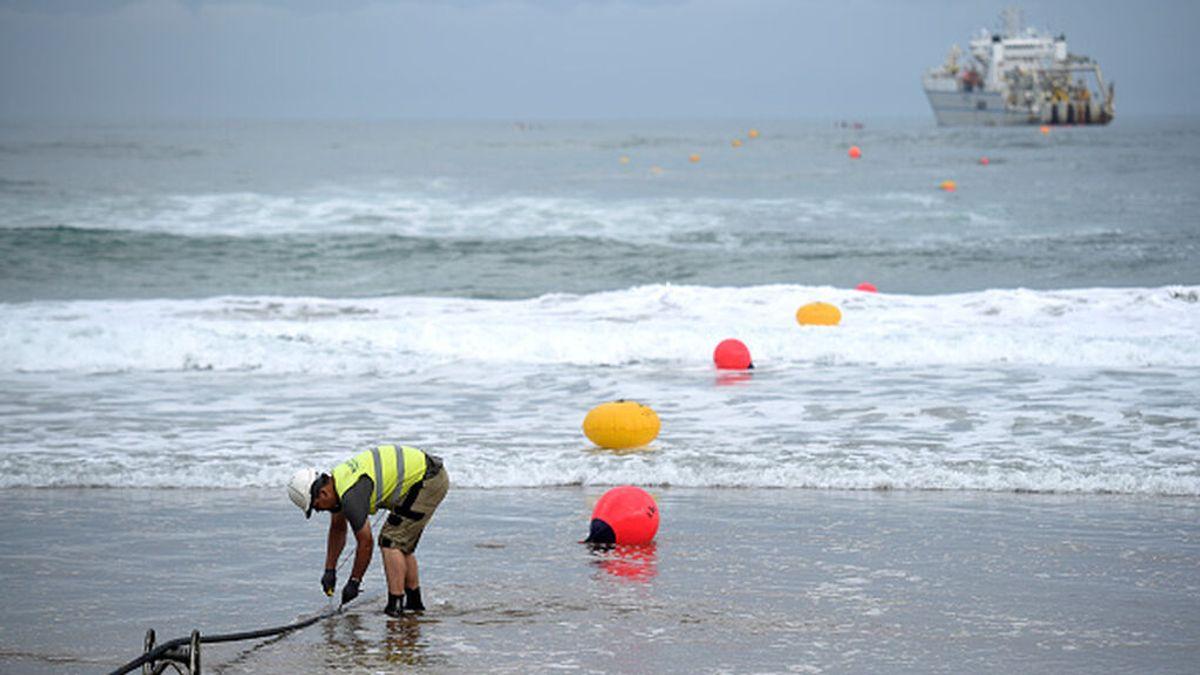 Google instala en una playa de Bilbao un cable que conectará España, Estados Unidos y Reino Unido