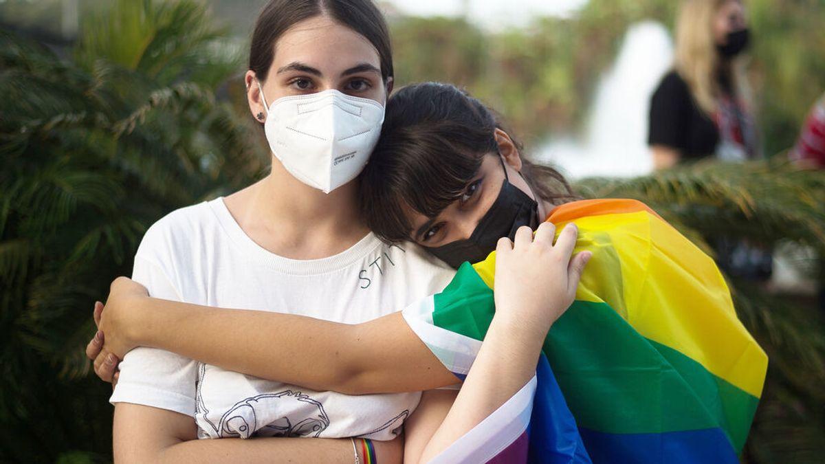 Dos jóvenes participan en la manifestación contra la LGTBIfobia en Málaga