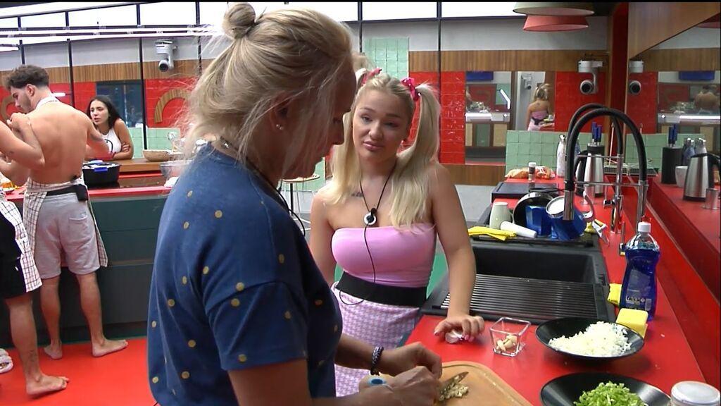 Lucía y Emy, hablan en la cocina