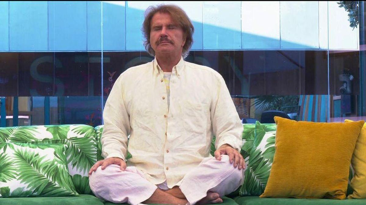 Las posturas de imposibles de yoga de Edmundo Arrocet tras su polémica entrada en 'Secret story'