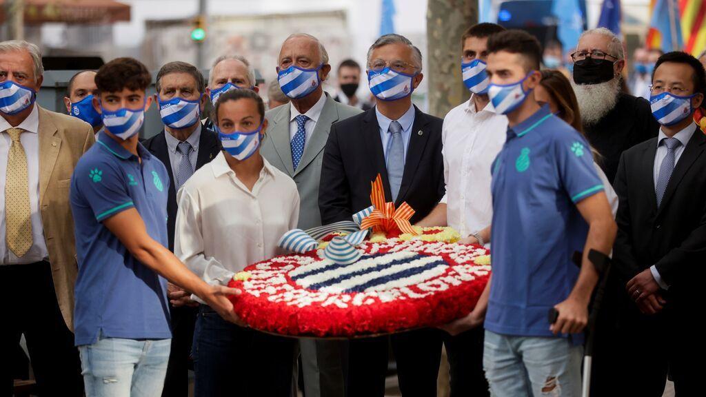 Una representación del RCD Espanyol durante la ofrenda floral del Govern