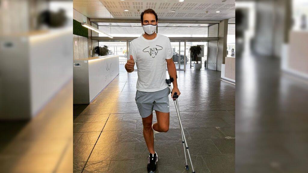 Rafa Nadal reaparece con muletas tras someterse a un tratamiento en el pie