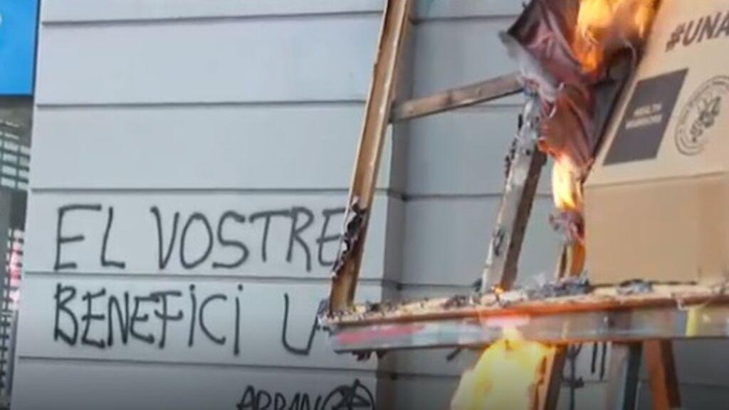 """Los independentistas de Arran queman fotos de directivos: """"Vuestro beneficio, la miseria de nuestro pueblo"""""""