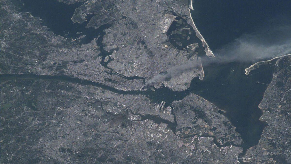 La NASA recuerda el 11S con una imagen de satélite que muestra el impacto de los atentados