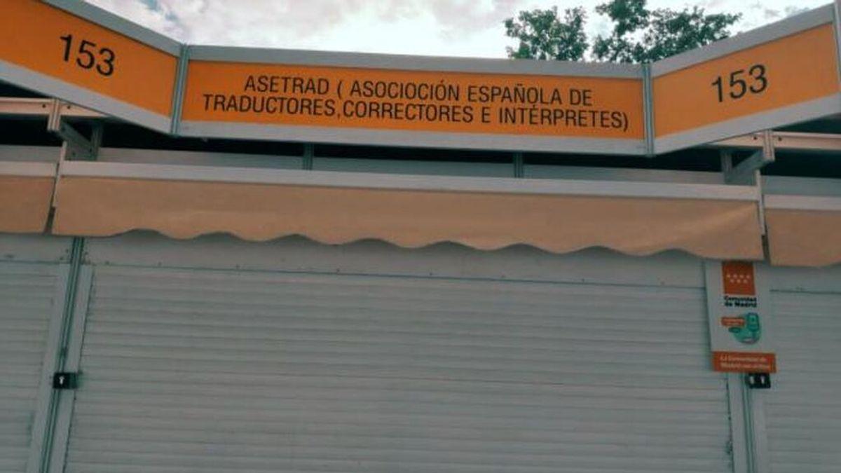 Se viralizan las erratas en el rótulo de la caseta de la Asociación de Correctores de la Feria del Libro