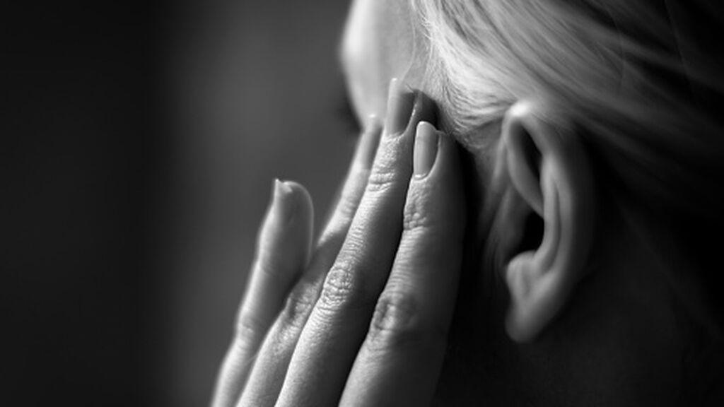 Imagen de archivo de una mujer con migraña