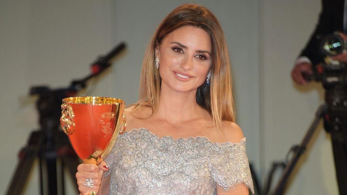 Penélope Cruz dedica en Venecia su Copa Volpi a 'Mejor Actriz' a Pilar Bardem, su 'madre paralela'