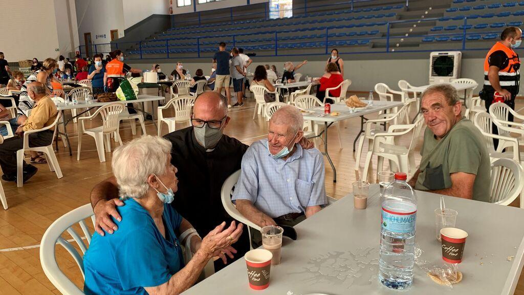 """Voluntarios reciben en el Polideportivo """"El Fuerte"""" de Ronda, a los ancianos desalojados de una residencia de mayores del municipio de Faraján (Málaga)"""