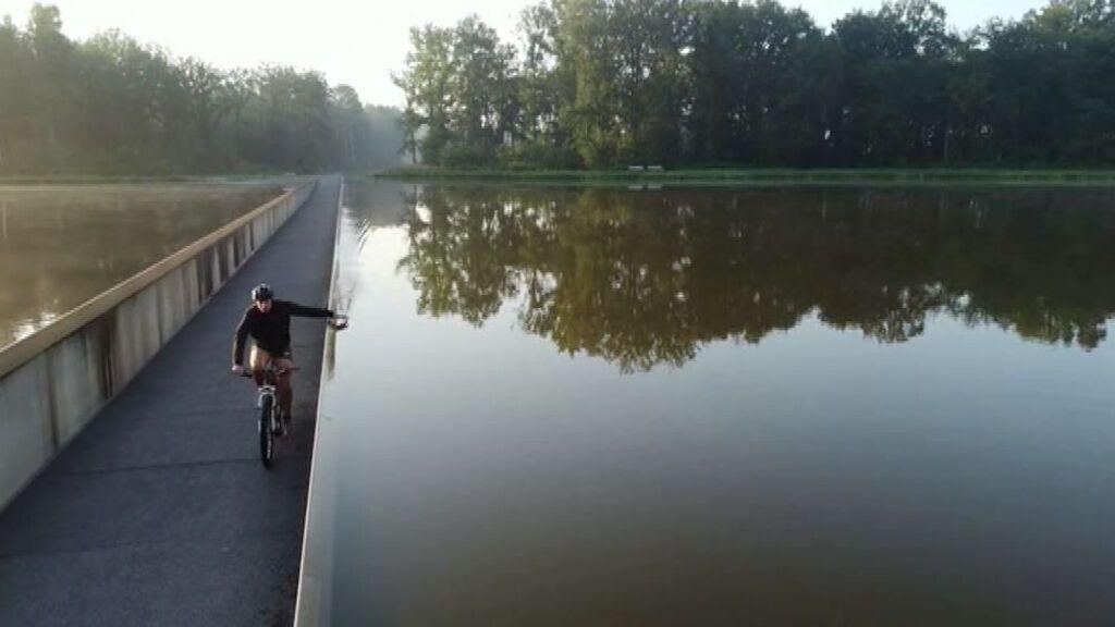 Pedalear por debajo del nivel del agua de un lago es posible en un carril bici en Bélgica
