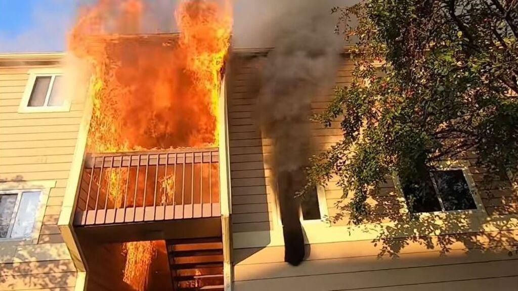 Dramático rescate de una familia en el incendio de un apartamento en Wichita, EEUU