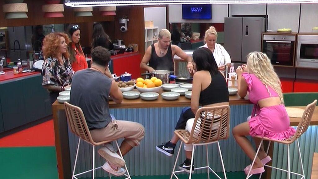 El grupo charla en la cocina