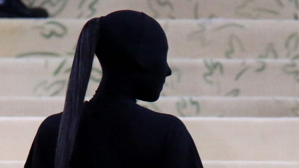 Se cansó de mostrar su cara: Kim Kardashian repite en la gala MET su gusto por ir de negro y tapada