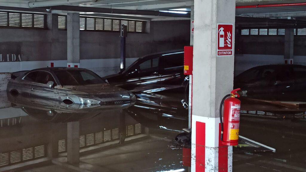 Los coches terminaron flotando en un parking de Perillo, en Oleiros