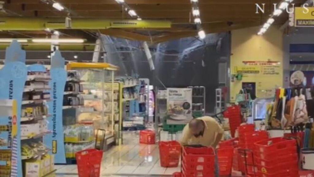 Una tromba de agua desploma el techo de un supermercado en A Coruña con clientes dentro