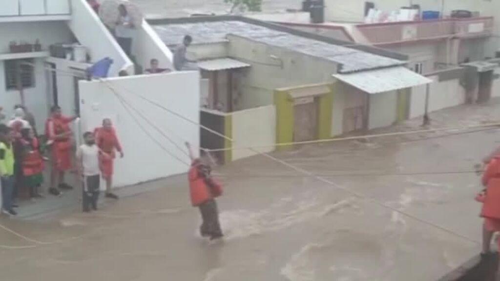 El complicado rescate de 30 personas atrapadas en las inundaciones de India