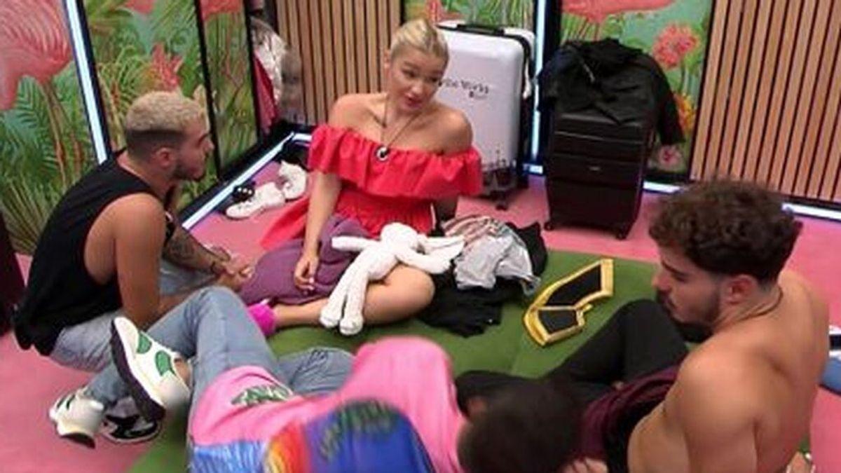 Emmy la emprende a patadas con las maleta ante los nervios por las nominaciones