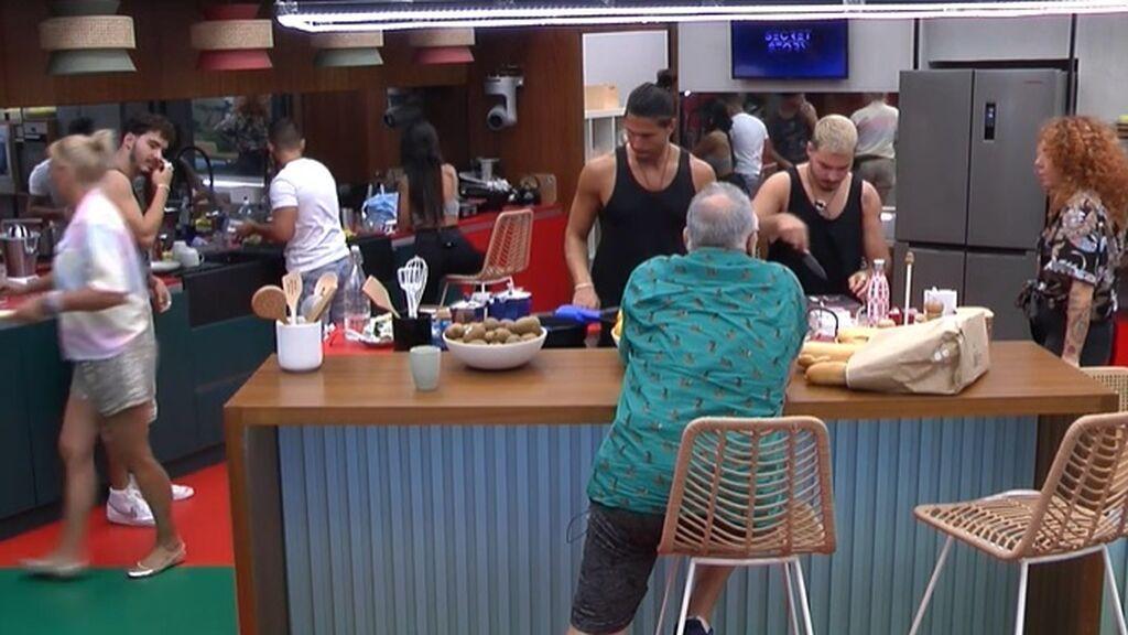 Luca y Dani hacen la comida