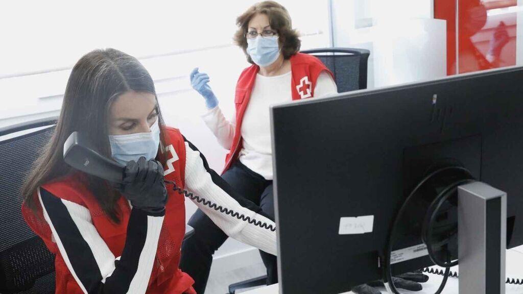 Letizia al teléfono en una de las sedes de la Cruz Roja. Casa Real