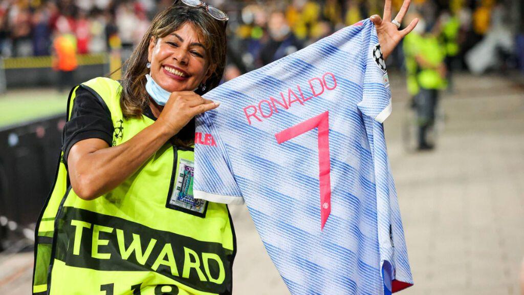 La agente de seguridad se llevó de regalo una camiseta de Cristiano Ronaldo