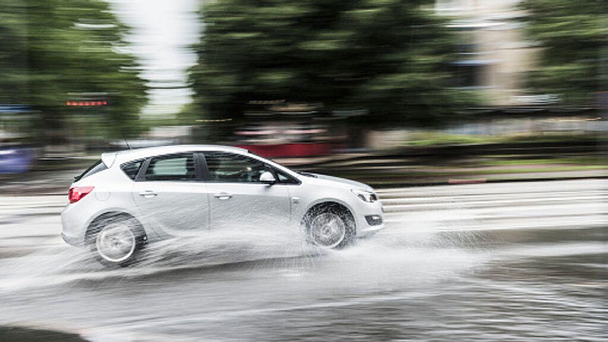 Sobreviraje y aquaplaning, los peligros de conducir con lluvia: qué son y cómo evitarlos